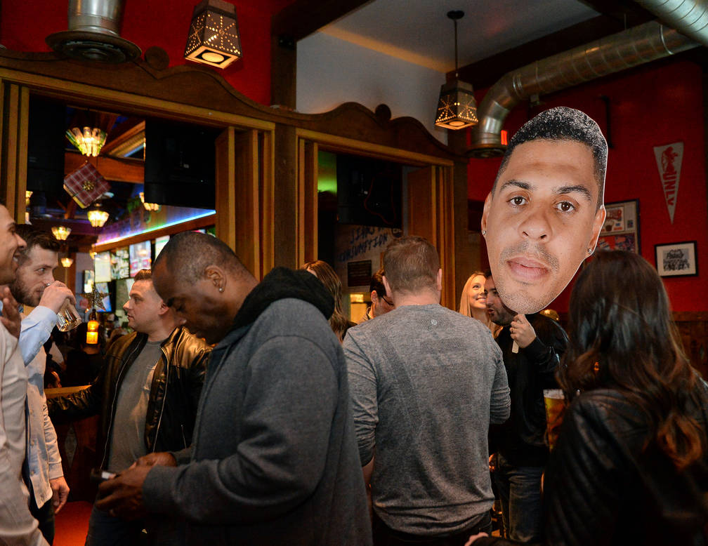 Los recortes de Ryan Reaves son llevados por personas reunidas en una fiesta por el lanzamiento de su nueva cerveza, Training Day, en PKWY Tavern Flamingo en Las Vegas, el jueves 27 de diciembre d ...