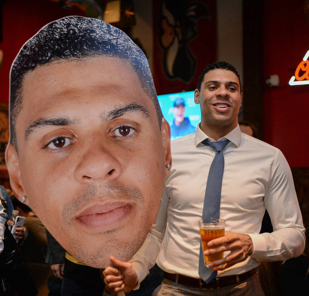 El jugador de los Golden Knights de Las Vegas, Ryan Reaves, sostiene un recorte de sí mismo en una fiesta por el lanzamiento de su nueva cerveza, Training Day, en PKWY Tavern Flamingo en Las Vega ...