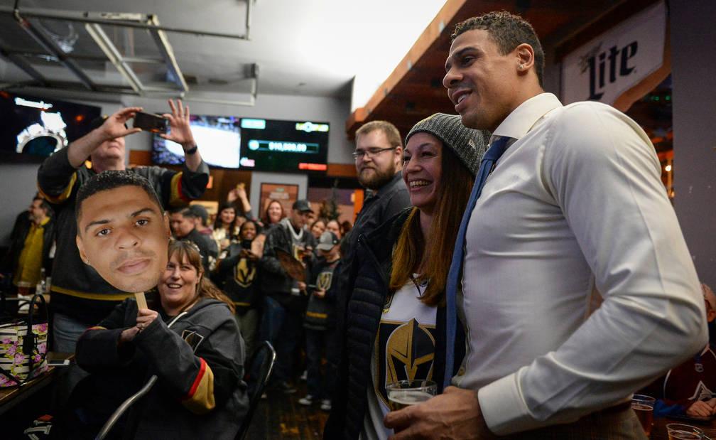 Ryan Reaves, jugador de los Golden Knights de Vegas, se presenta para una fotografía con admiradores en una fiesta para el lanzamiento de su nueva cerveza, Training Day, en PKWY Tavern Flamingo e ...