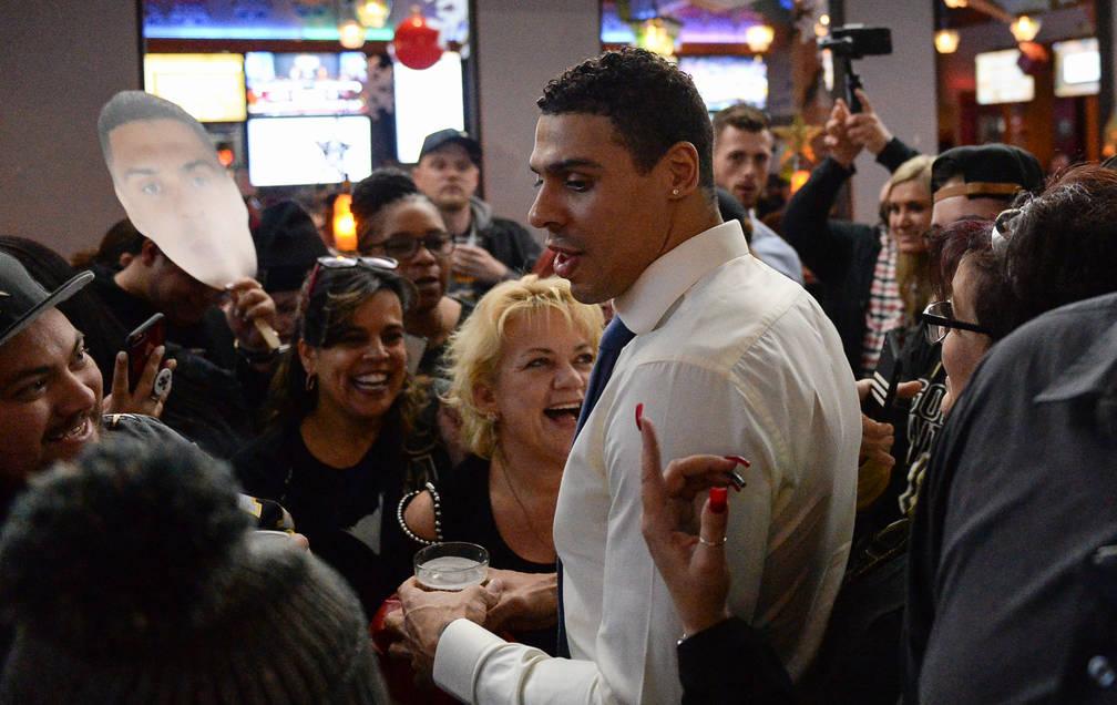 Ryan Reaves habla con los fanáticos en una fiesta por el lanzamiento de su nueva cerveza, Training Day, en PKWY Tavern Flamingo en Las Vegas, el jueves 27 de diciembre de 2018. Caroline Brehman / ...