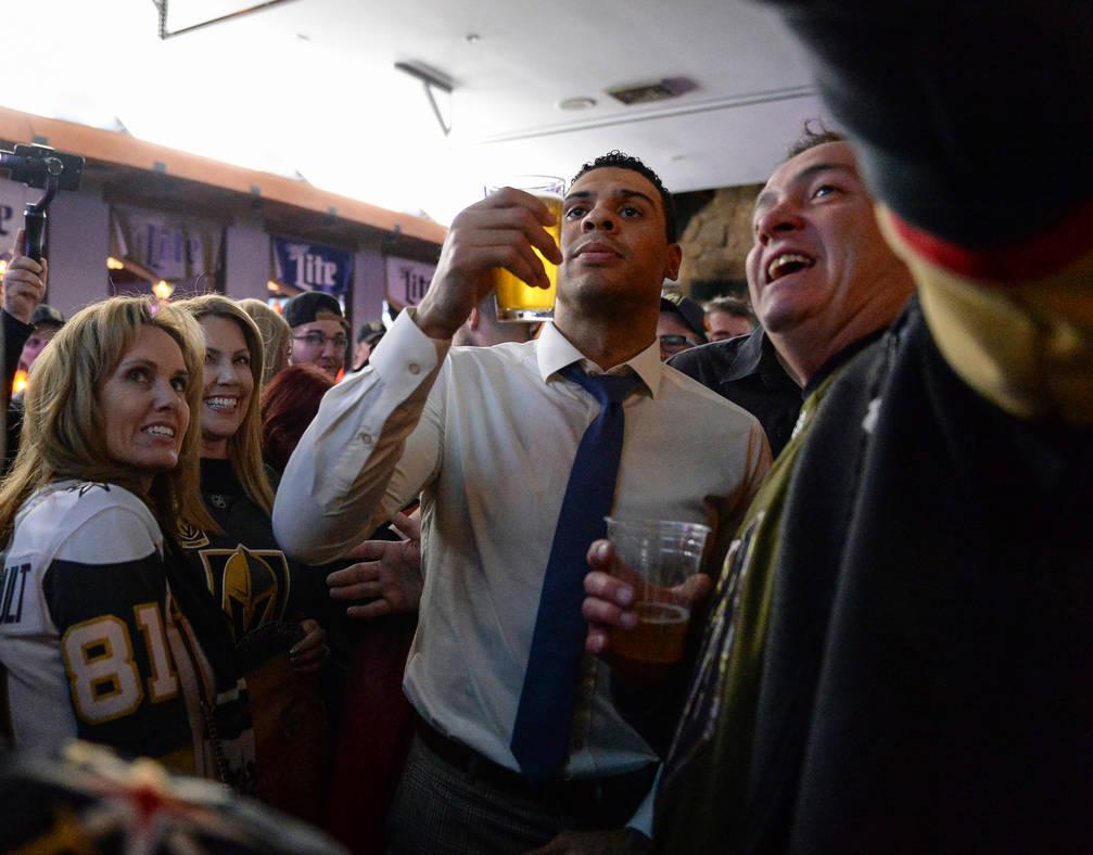 Ryan Reaves posa para fotografías con admiradores en una fiesta para el lanzamiento de su nueva cerveza, Training Day, en PKWY Tavern Flamingo en Las Vegas, el jueves 27 de diciembre de 2018. Car ...