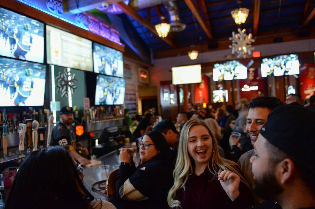 Los fanáticos de los Golden Knights alegres en una fiesta por el lanzamiento de la nueva cerveza de Ryan Reaves, Training Day, en PKWY Tavern Flamingo en Las Vegas, el jueves 27 de diciembre de 2 ...