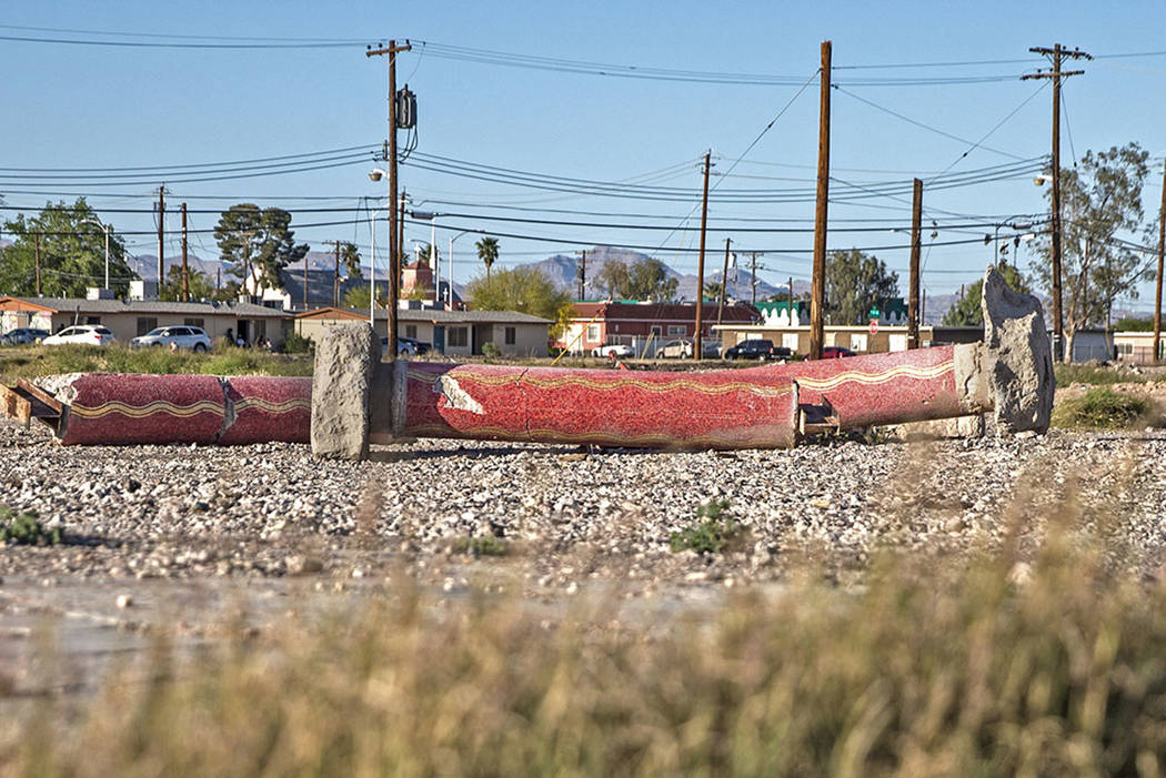 Un trío de columnas de mosaico rojo se encuentran entre las pocas reliquias que quedan del Moulin Rouge el viernes 20 de abril de 2018 en Las Vegas. Benjamin Hager Las Vegas Review-Journal @benja ...
