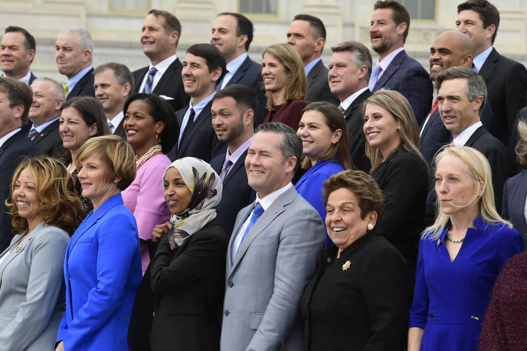 Miembros de la clase de primer año del Congreso posan en Capitol Hill en Washington, miércoles 14 de noviembre de 2018. (Susan Walsh / AP)