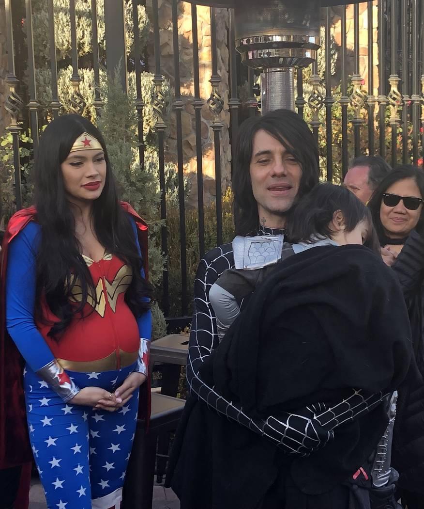 El protagonista de Planet Hollywood, Criss Angel, sostiene a su hijo, Johnny Crisstopher, como la madre del niño, Shaunyl Benson, durante una fiesta de fin de quimio para el niño el sábado 29 d ...