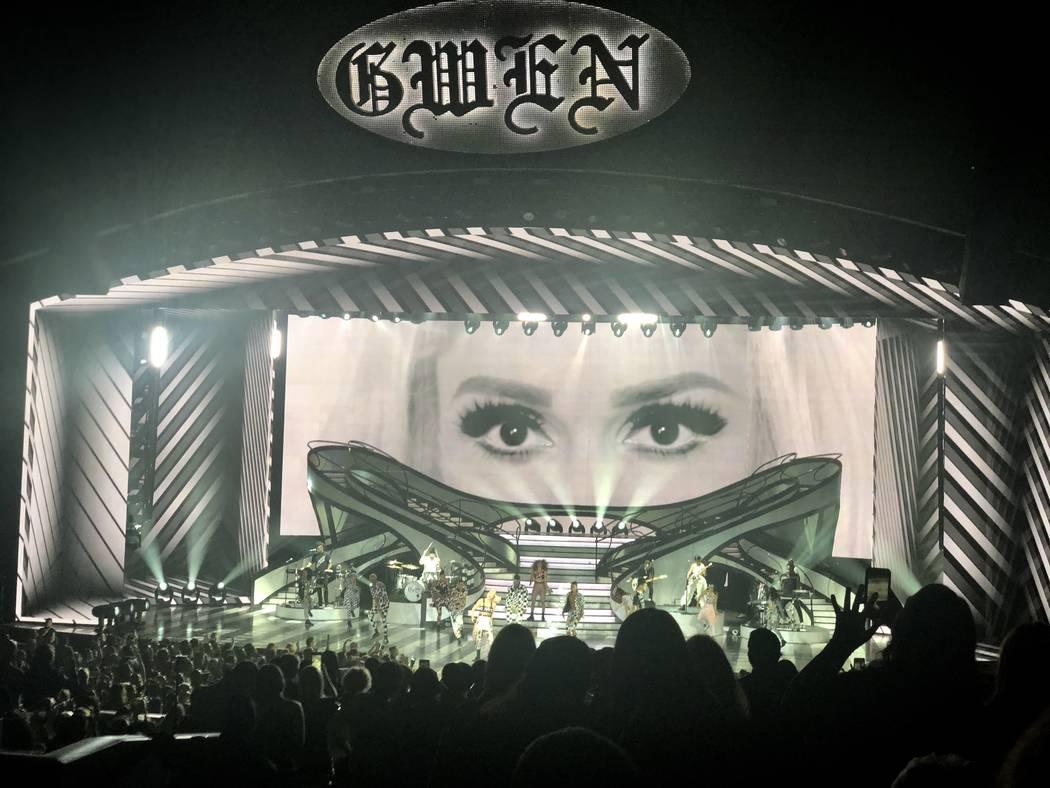 """Gwen Stefani, del Teatro Zappos en Planet Hollywood, se presenta durante su producción de """"Just A Girl"""" el sábado 29 de diciembre de 2018. (John Katsilometes / Las Vegas-Review Journal) @Johnnykats"""