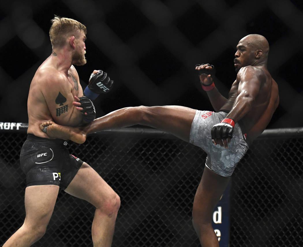 Jon Jones, a la derecha, le da una patada a Alexander Gustafsson durante el combate de artes marciales mixtas de peso ligero masculino de UFC en UFC 232, el sábado 29 de diciembre de 2018, en Ing ...