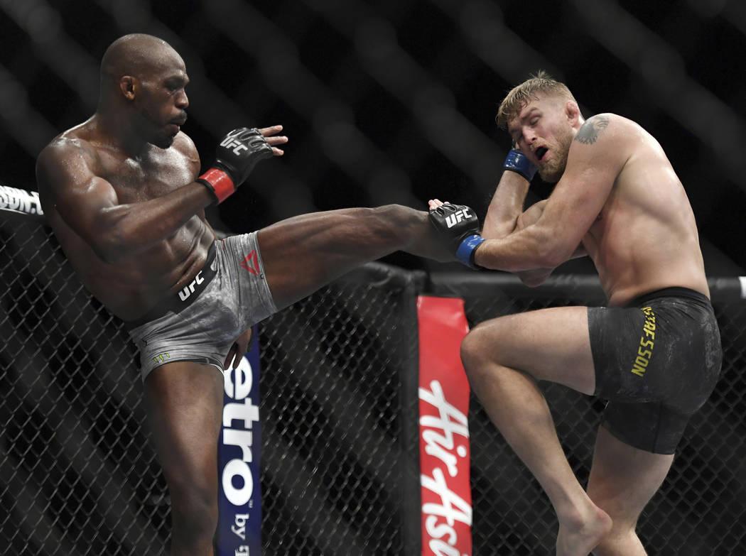 Jon Jones, a la izquierda, le da una patada a Alexander Gustafsson durante el combate de artes marciales mixtas de peso ligero masculino de UFC en UFC 232, el sábado 29 de diciembre de 2018, en I ...