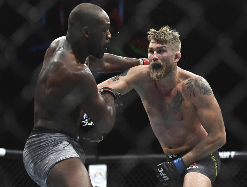 Alexander Gustafsson, a la derecha, le da un puñetazo a Jon Jones durante el combate de artes marciales mixtas del título masculino pesado de UFC en UFC 232, el sábado 29 de diciembre de 2018, ...