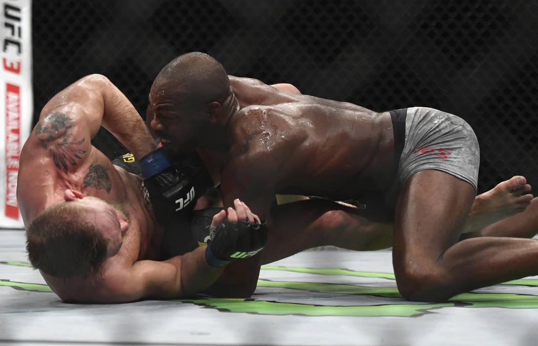 Jon Jones, a la derecha, lleva a Alexander Gustafsson al suelo durante el combate de artes marciales mixtas de peso ligero masculino de UFC en UFC 232, sábado 29 de diciembre de 2018, en Inglewoo ...