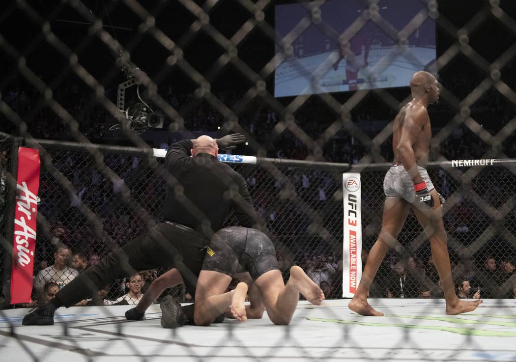 Jon Jones se aleja de Alexander Gustafsson al final de su combate de artes marciales mixtas de peso ligero masculino de UFC en UFC 232, el sábado 29 de diciembre de 2018, en Inglewood, California ...