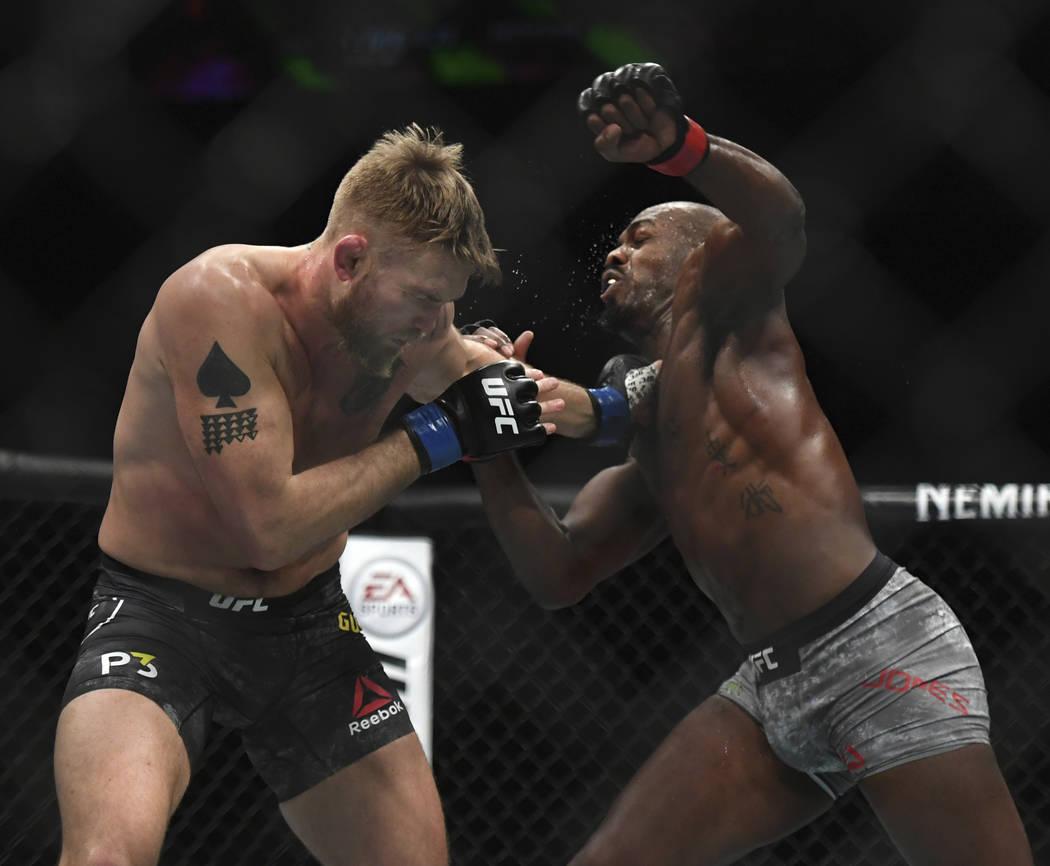 Alexander Gustafsson, a la izquierda, y Jon Jones intercambian golpes durante el combate de artes marciales mixtas de peso ligero masculino de UFC en UFC 232, sábado 29 de diciembre de 2018, en I ...