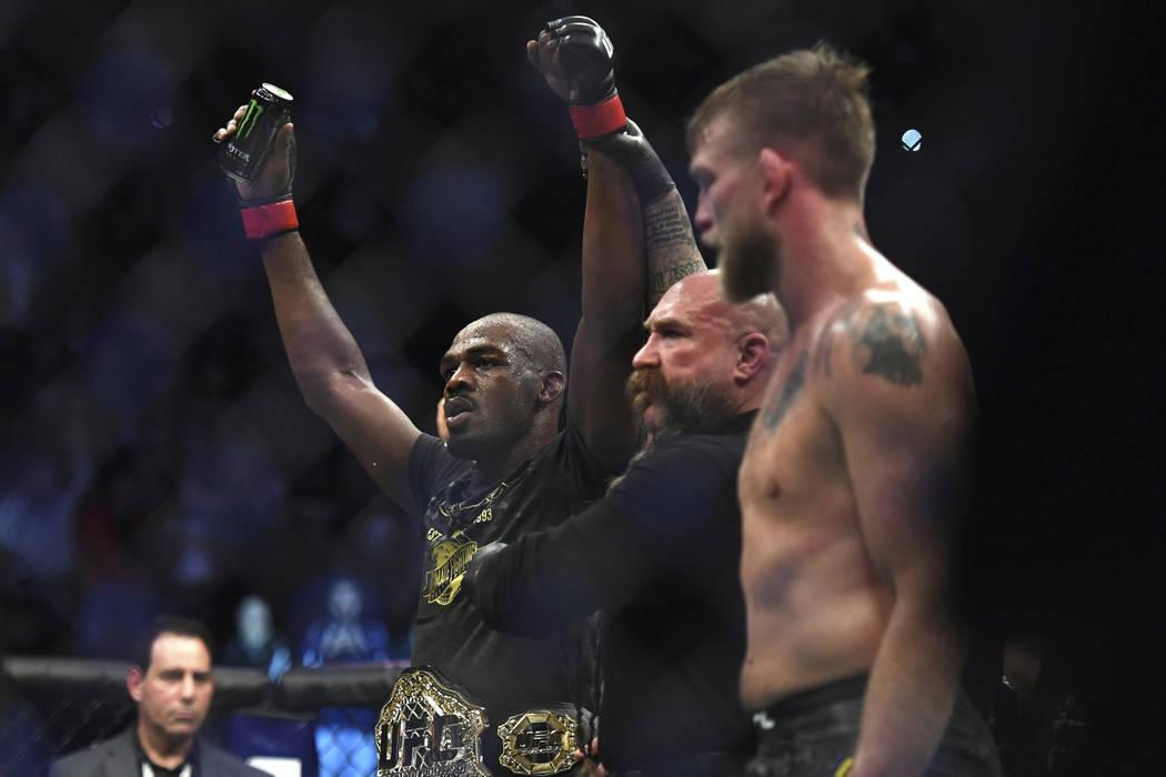 Jon Jones, a la izquierda, celebra cuando el árbitro levanta los brazos después de que Jones derrotó a Alexander Gustafsson en el combate de artes marciales mixtas de peso ligero masculino de U ...