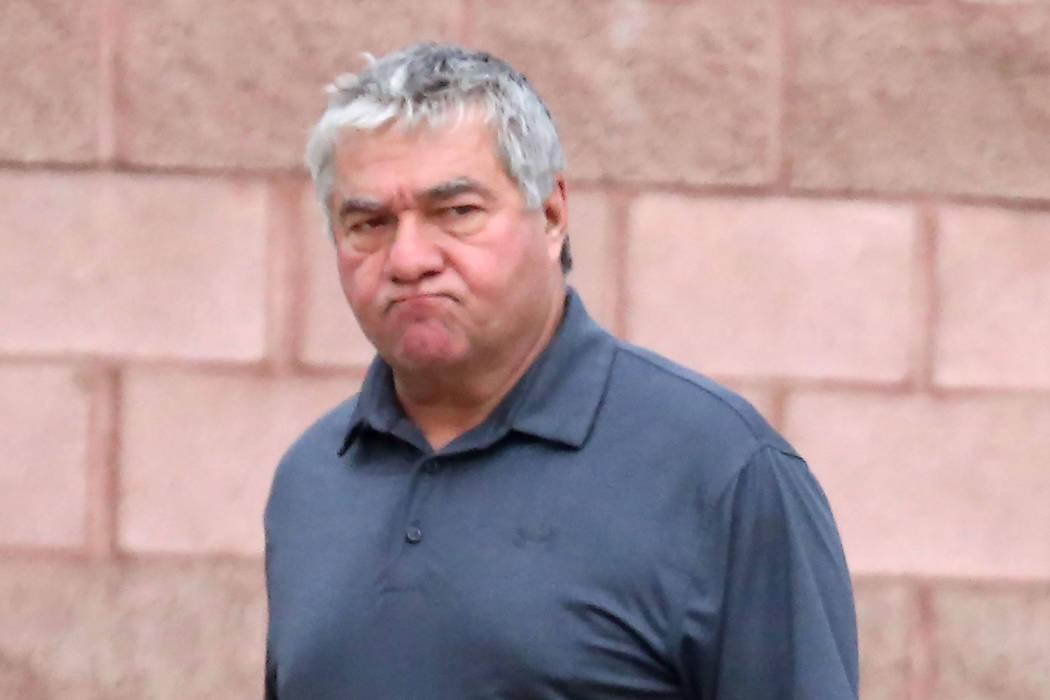 El agente de policía de Henderson, Earl Mitchell, abandona el Tribunal de Justicia de Henderson el miércoles 21 de marzo de 2018. (Bizuayehu Tesfaye / Las Vegas Review-Journal) @bizutesfaye