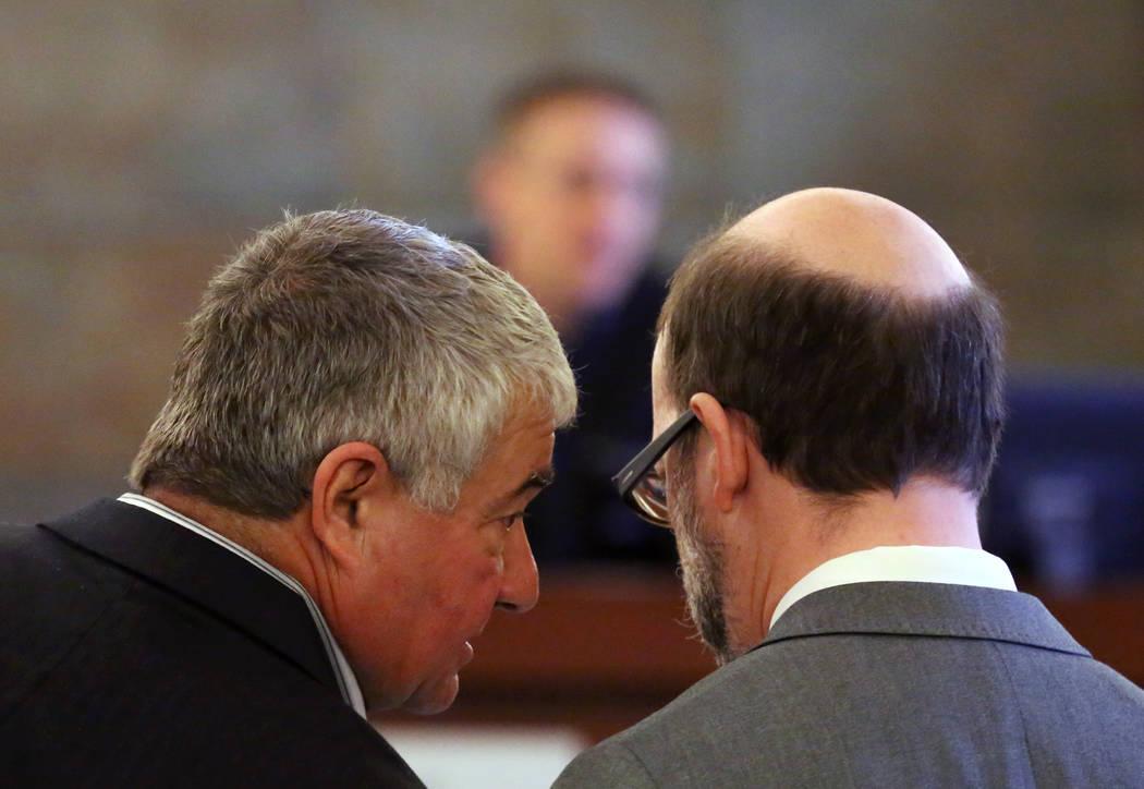 Henderson Constable, Earl Mitchell, a la izquierda, consulta con su abogado Dayvid Figler mientras el juez Joe Hardy Jr., centro, preside durante su primera apariencia ante el Centro Regional de J ...