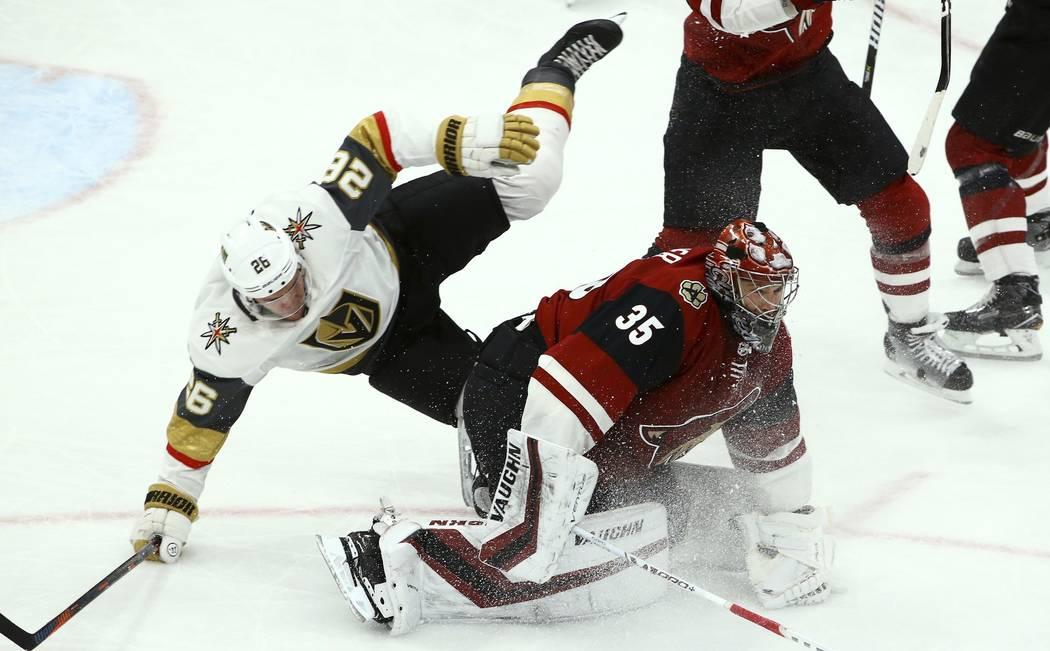 El centro de los Golden Knights de Las Vegas Paul Stastny (26) choca con el portero Darcy Kuemper (35) de los Coyotes de Arizona durante el tercer período de un juego de hockey de la NHL el domin ...
