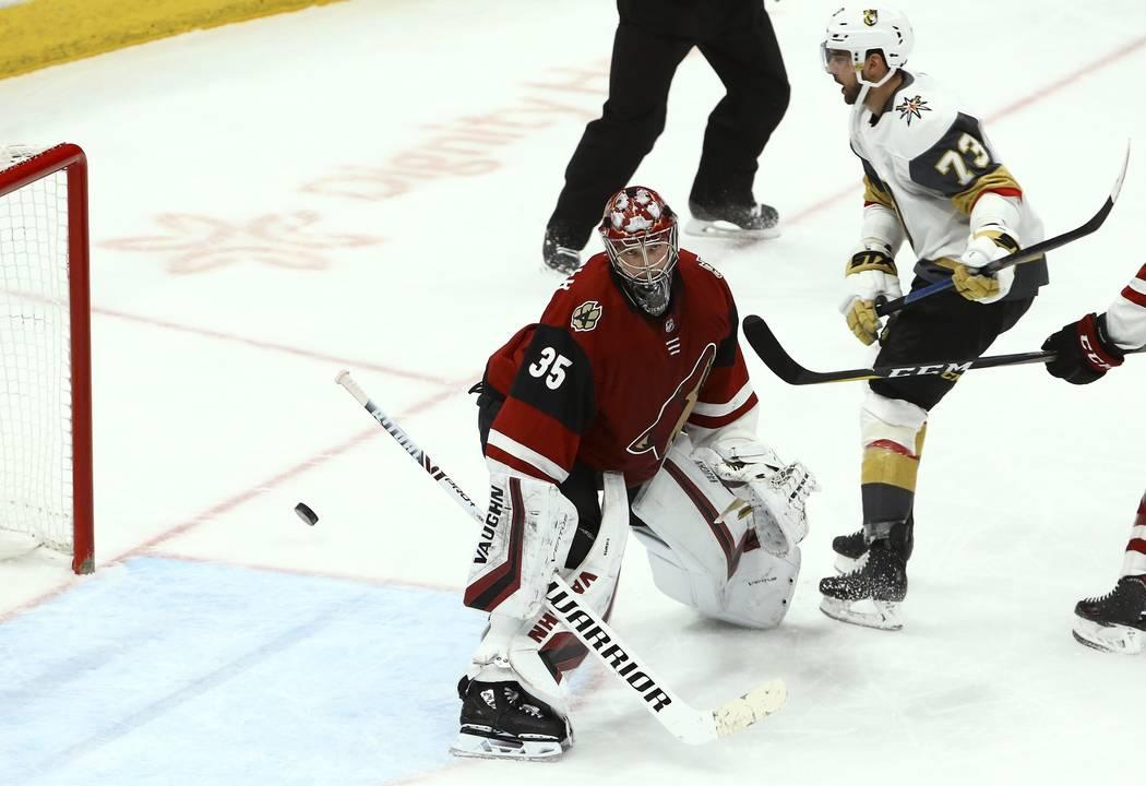 El centro Brandon Pirri (73) de los Golden Knights de Vegas marca un gol contra el portero Darcy Kuemper (35) de Arizona Coyotes durante el tercer período de un juego de hockey de la NHL el domin ...