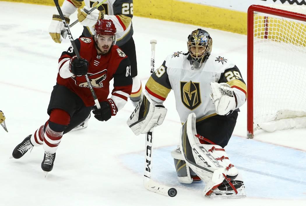 El portero de los Golden Knights de Vegas Marc-Andre Fleury (29) ataja un disparo del ala derecha de los Coyotes de Arizona Conor Garland (83) durante el tercer período de un juego de hockey de l ...