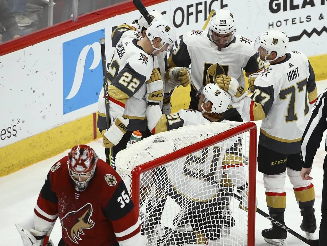 El centro de los Golden Knights de Vegas, Cody Eakin (21) celebra su gol contra el portero de los Coyotes de Arizona, Darcy Kuemper (35), con el defensa de los Golden Knights Nick Holden (22), el ...
