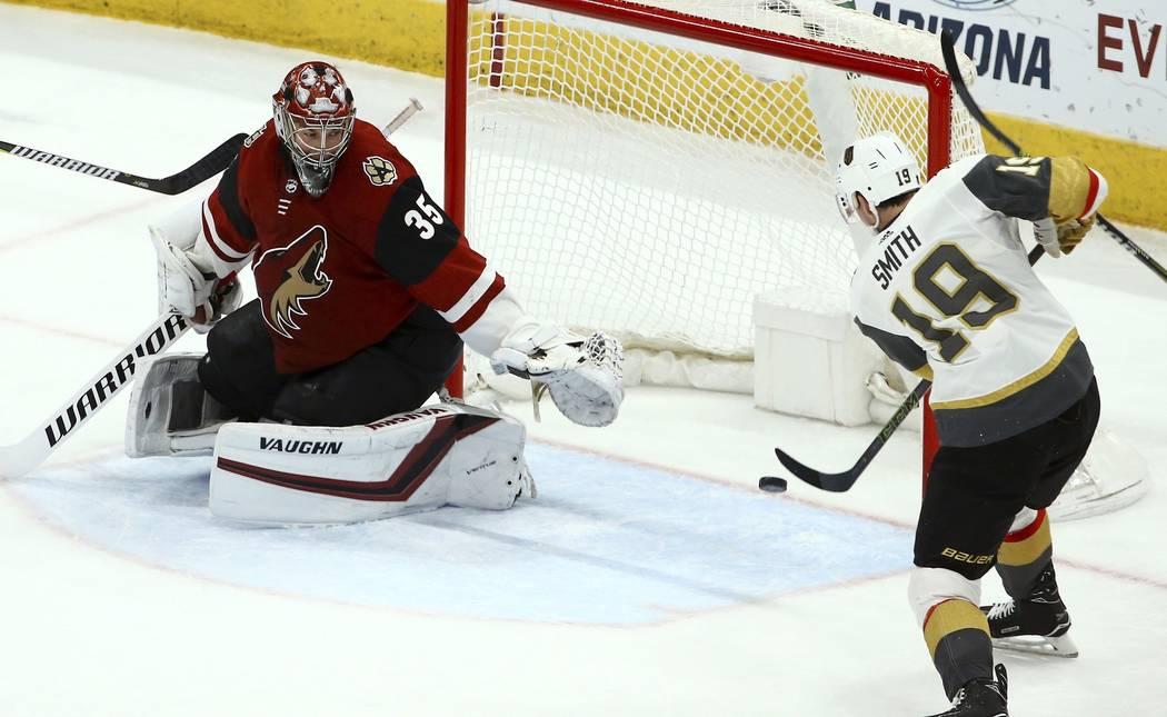 Reilly Smith (19), ala derecha de Vegas Golden Knights, marca un gol contra el portero Darcy Kuemper (35) de Arizona Coyotes durante el segundo período de un juego de hockey de la NHL el domingo ...
