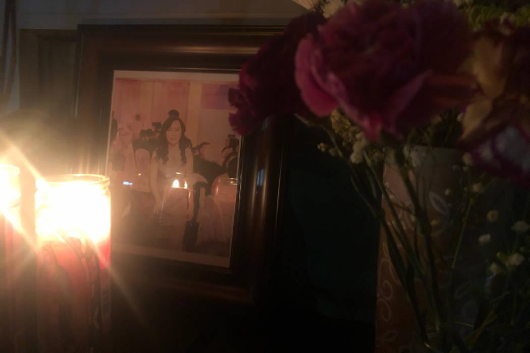 Una foto de Nhu Nguyen se muestra en un monumento improvisado frente a Crystal Nails & Spa en Las Vegas el domingo 30 de diciembre de 2018. Nguyen fue asesinada un día antes de salir del salón d ...