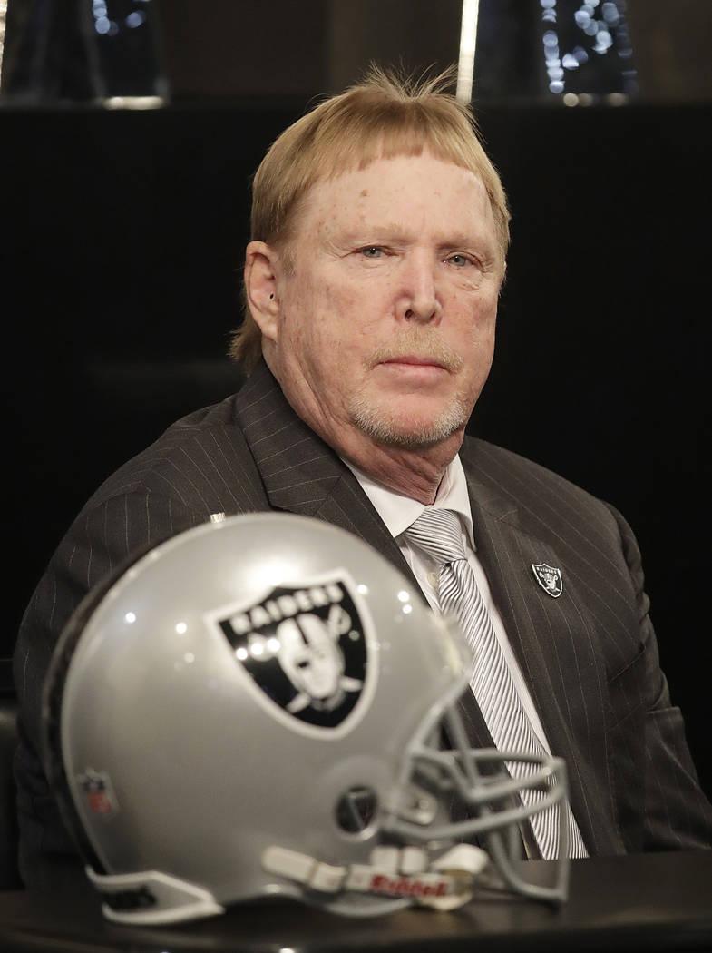 El propietario de los Oakland Raiders, Mark Davis, escucha a los oradores en una conferencia de prensa que anuncia a Mike Mayock como el gerente general del equipo en la sede del equipo en Oakland ...