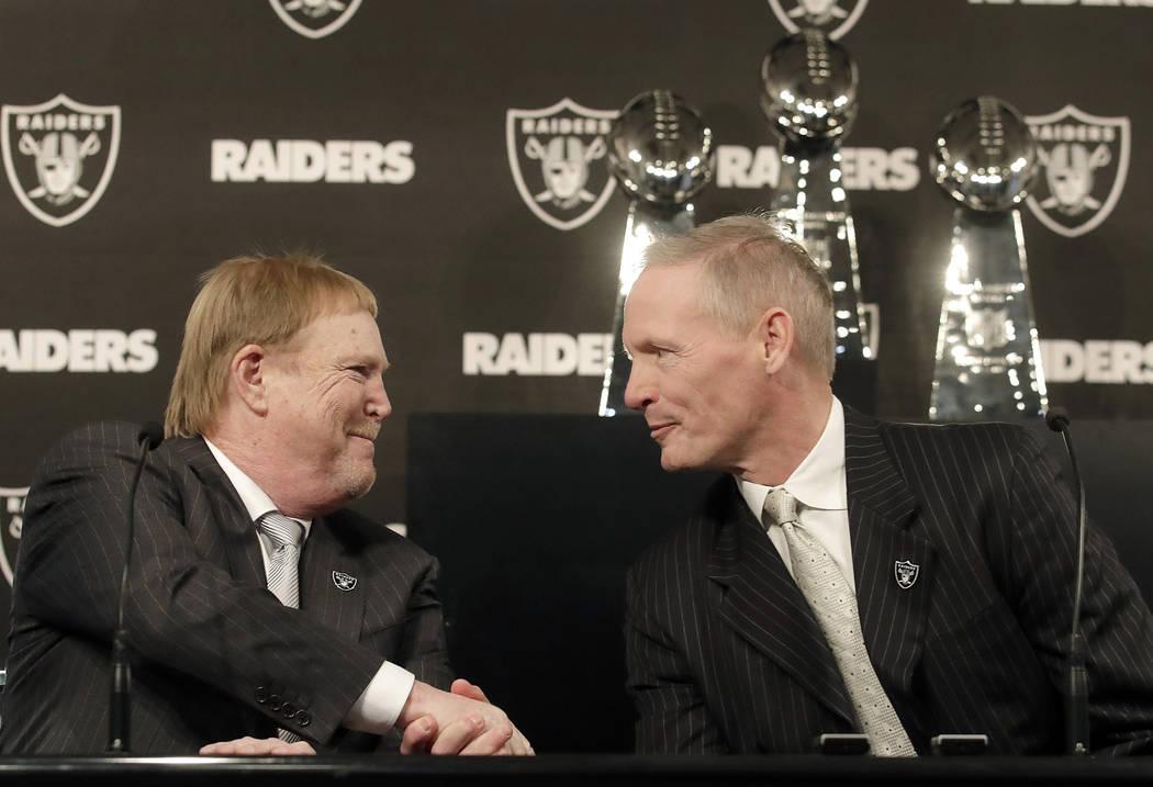 Mike Mayock, a la derecha, le da la mano al propietario de los Oakland Raiders, Mark Davis, en una conferencia de prensa que anuncia a Mayock como el gerente general del equipo en Oakland, Califor ...
