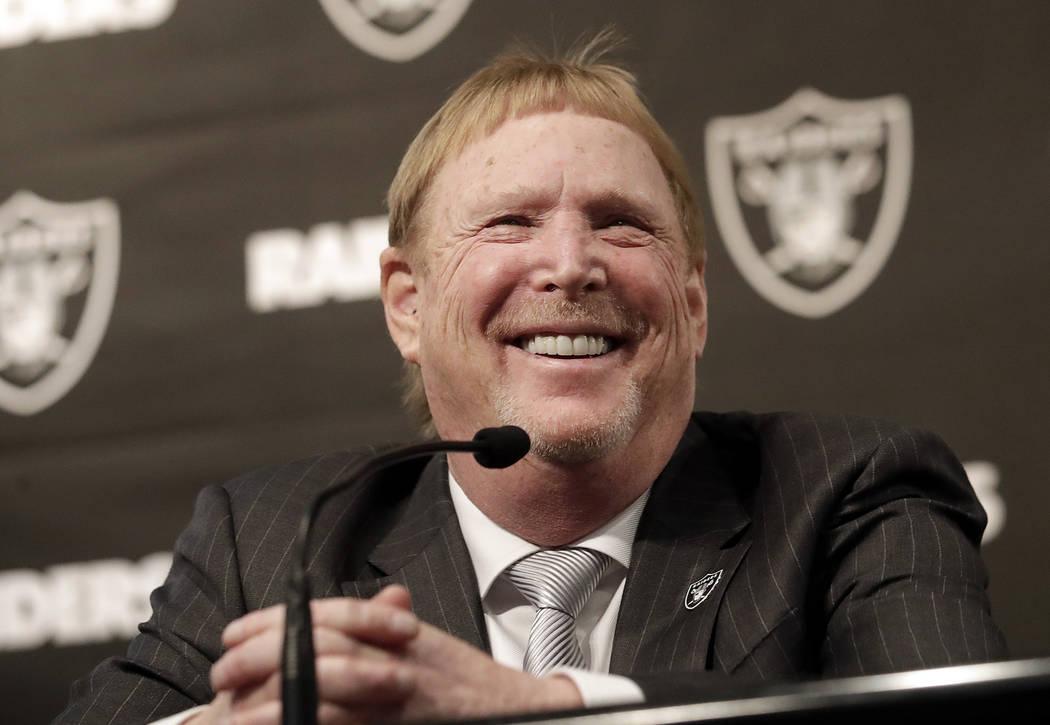 El propietario de los Raiders de Oakland, Mark Davis, sonríe en una conferencia de prensa en la que se presenta a Mike Mayock como gerente general del equipo en la sede del equipo en Oakland, Cal ...