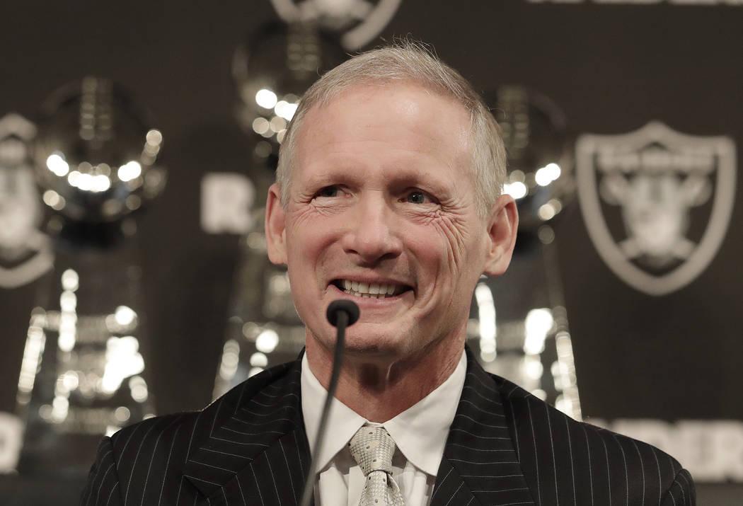 Mike Mayock sonríe como en una conferencia de prensa donde fue presentado como el nuevo gerente general de los Raiders de Oakland en la sede del equipo en Oakland, California, el lunes 31 de dici ...