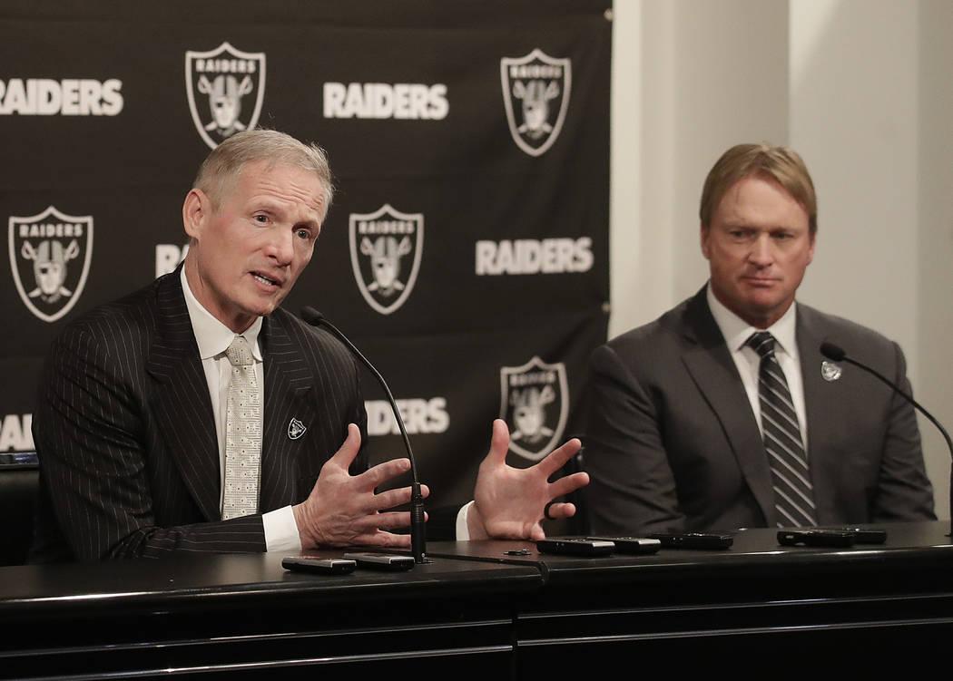 Mike Mayock, a la izquierda, hace un gesto junto al entrenador en jefe de los Raiders de Oakland, Jon Gruden, en una conferencia de prensa que anuncia a Mayock como gerente general en la sede del ...