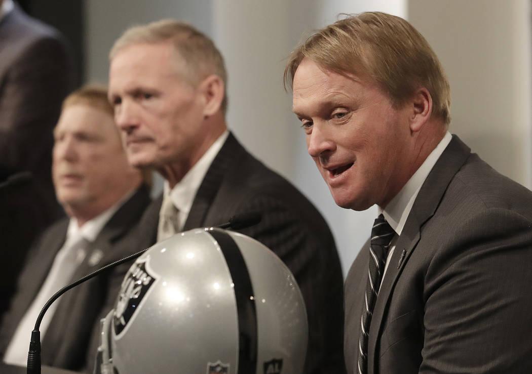 El entrenador en jefe de los Raiders de Oakland, Jon Gruden, a la derecha, habla junto a Mike Mayock, centro, y al dueño Mark Davis en una conferencia de prensa que anuncia a Mayock como gerente ...