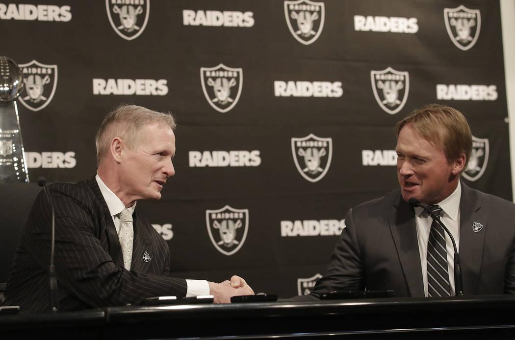 Mike Mayock, a la izquierda, le da la mano al entrenador en jefe de los Raiders de Oakland, Jon Gruden, en una conferencia de prensa que anuncia a Mayock como el gerente general del equipo en Oakl ...
