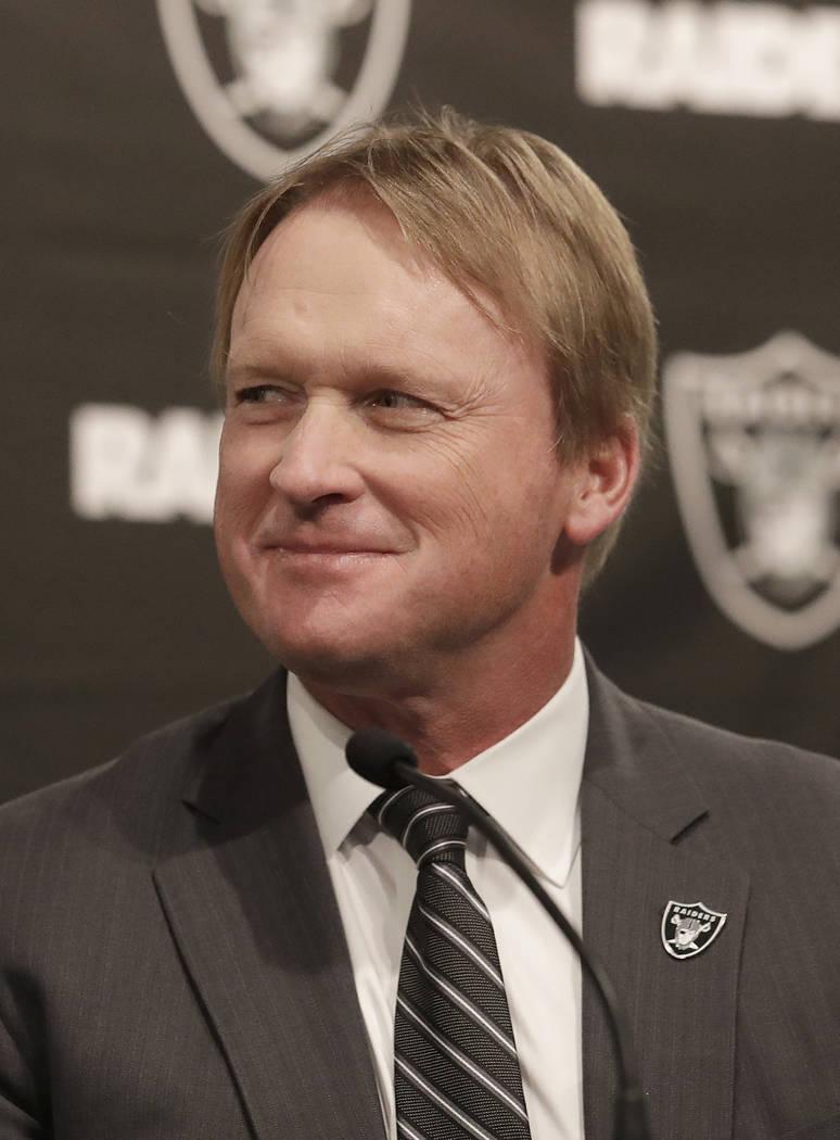 El entrenador en jefe de los Raiders de Oakland, Jon Gruden, escucha a los oradores en una conferencia de prensa que anuncia a Mike Mayock como el gerente general del equipo en la sede del equipo ...