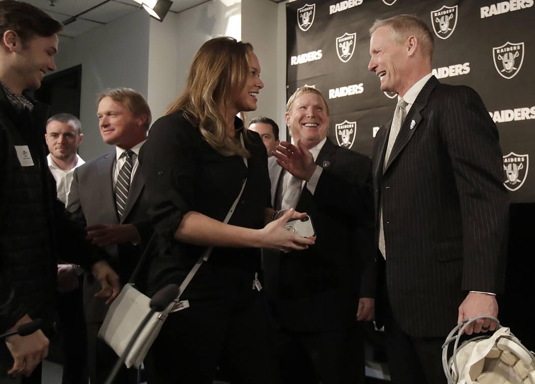 Mike Mayock, a la derecha, presenta a los miembros de su familia al propietario de los Raiders de Oakland, Mark Davis, segundo desde la derecha, y al entrenador en jefe Jon Gruden, tercero desde l ...