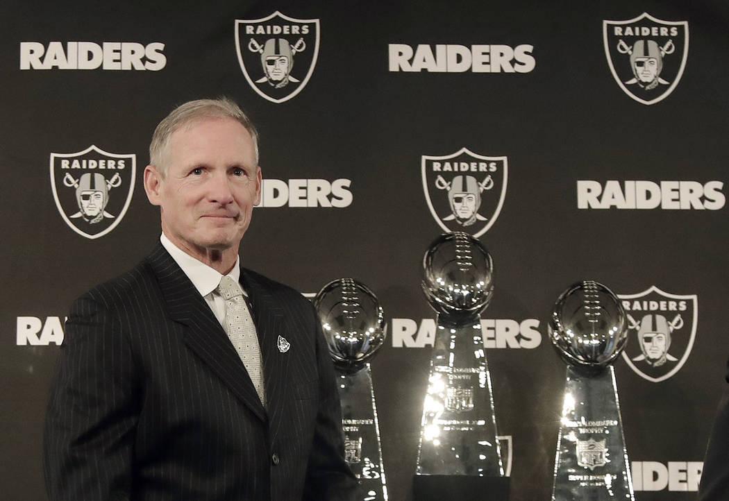 Mike Mayock llega a una conferencia de prensa que lo anuncia como el nuevo gerente general de los Raiders de Oakland en la sede del equipo en Oakland, California, el lunes 31 de diciembre de 2018. ...