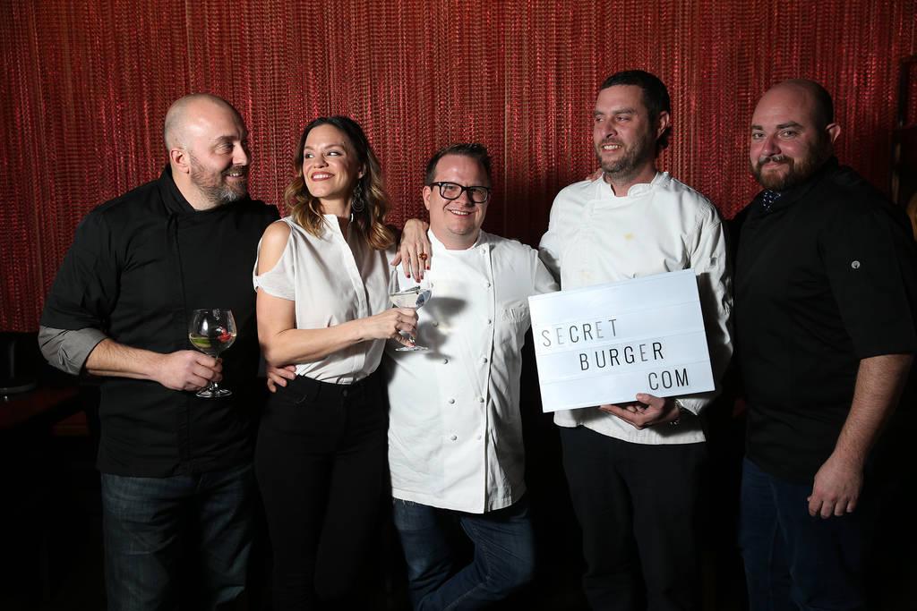 Los chefs de la izquierda, Justin Hall, Jolene Mannina, Brian Howard, Daniel Krohmer y Josh Clark posan para una foto en el restaurante EDO Gastro Tapas and Wine en Las Vegas, el jueves 27 de dici ...
