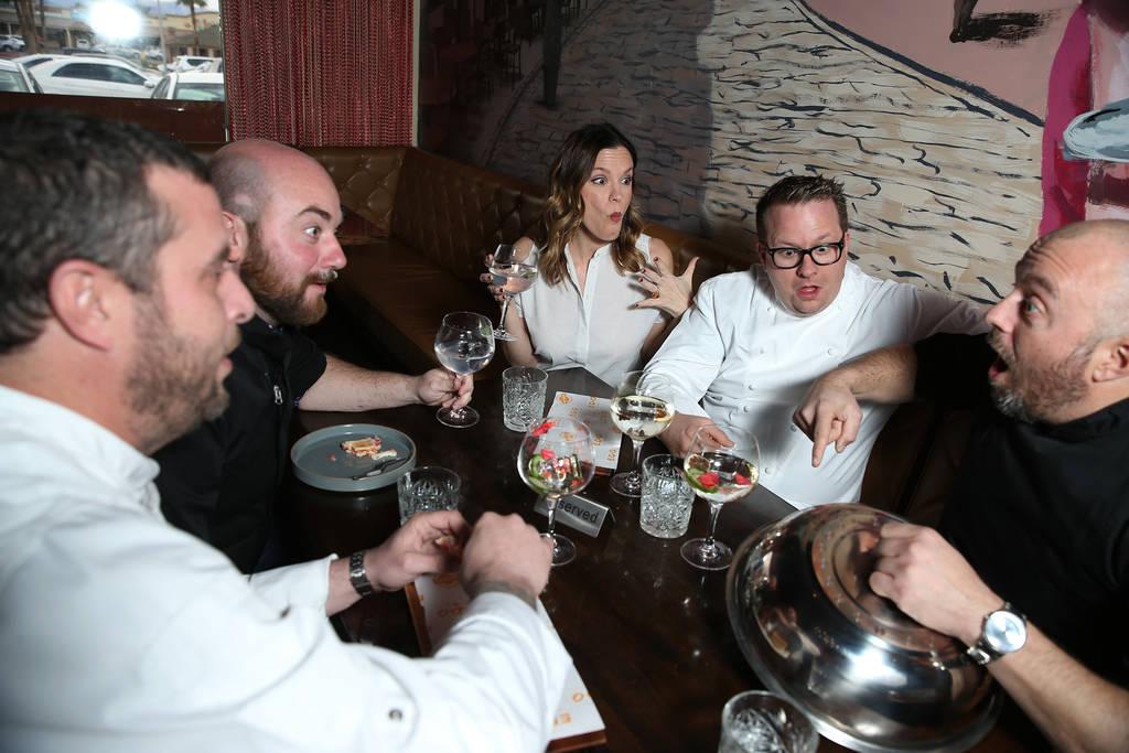 Los chefs desde la izquierda, Daniel Krohmer, Justin Hall, Jolene Mannina, Brian Howard y Josh Clark posan para una foto en el restaurante EDO Gastro Tapas and Wine en Las Vegas, el jueves 27 de d ...
