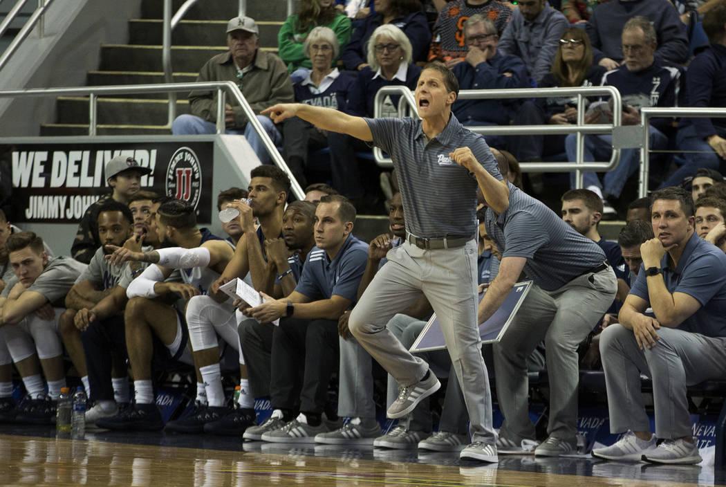 El entrenador en jefe de Nevada, Eric Musselman, trabaja al margen contra el estado de Dakota del Sur en la segunda mitad de un partido de Básquetbol universitario de la NCAA en Reno, Nevada, el ...