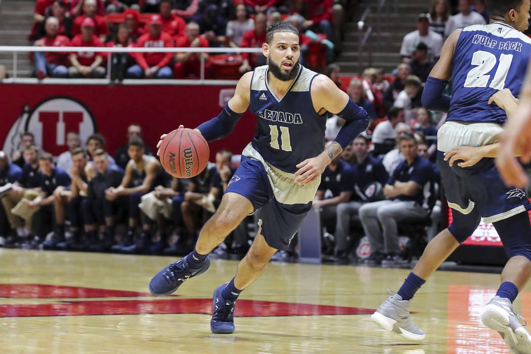 El delantero de Nevada Cody Martin (11) dribla el balón contra Utah durante la primera mitad de un partido de baloncesto universitario de la NCAA, el sábado 29 de diciembre de 2018, en Salt Lake ...