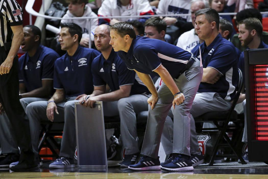 El entrenador en jefe de Nevada, Eric Musselman, observa a su equipo jugar contra Utah durante la primera mitad de un partido de baloncesto universitario de la NCAA, el sábado 29 de diciembre de ...