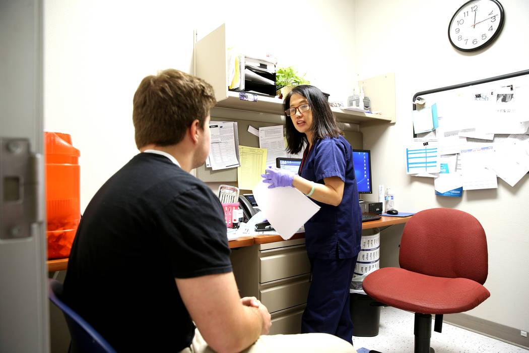La enfermera de salud comunitaria Jocelyn Castillo se prepara para darle a Cole Nisson, de 18 años, de Henderson una vacuna contra la gripe en la oficina del Distrito de Salud del Sur de Nevada e ...