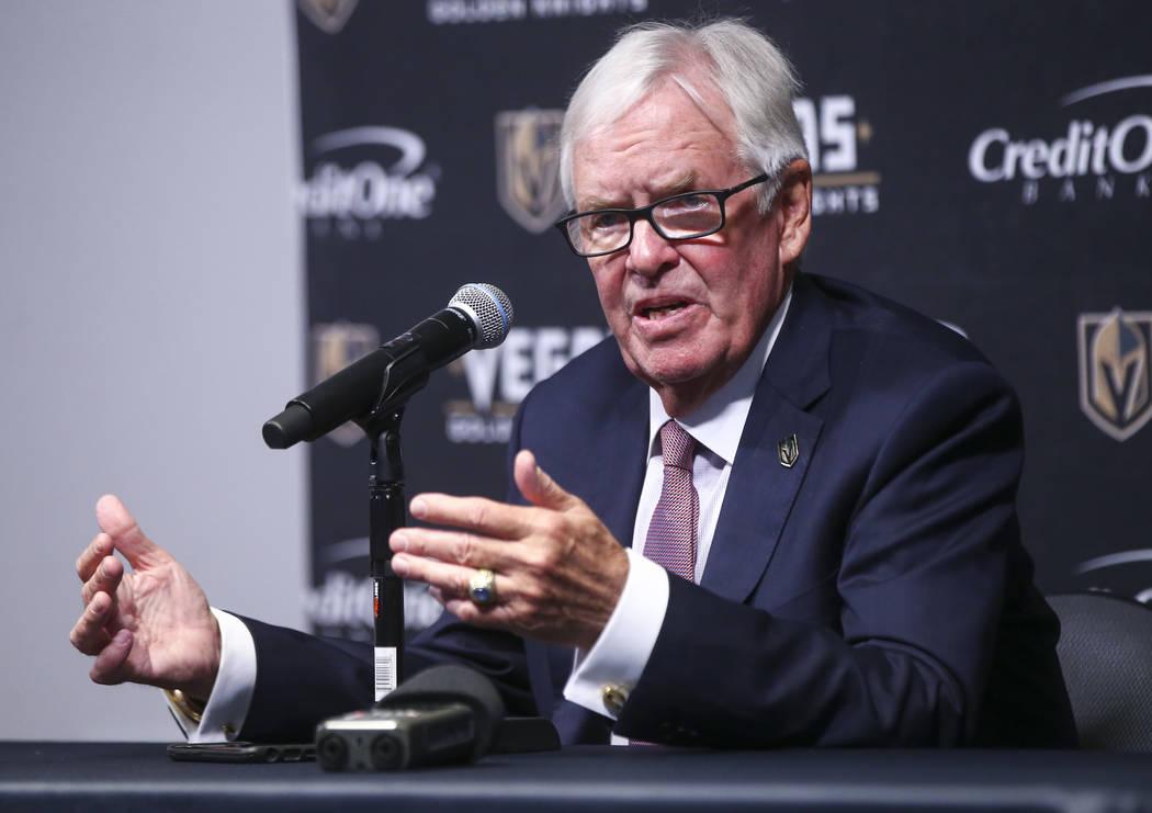 Bill Foley, dueño de Vegas Golden Knights, habla entre períodos mientras su equipo juega contra los Arizona Coyotes en un juego de hockey de la NHL en T-Mobile Arena en Las Vegas el martes 10 de ...