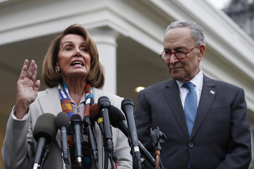 La líder demócrata de la Cámara de Representantes, Nancy Pelosi, de California, a la izquierda, el presidente designado de la Cámara, y el líder de la minoría del Senado Chuck Schumer, DN.Y. ...