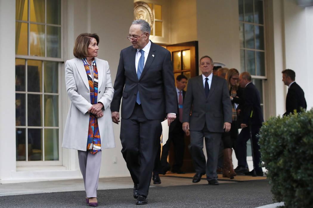 La líder demócrata de la Cámara de Representantes, Nancy Pelosi, de California, a la izquierda, camina con el líder de la minoría del Senado Chuck Schumer, DN.Y., mientras que los líderes de ...