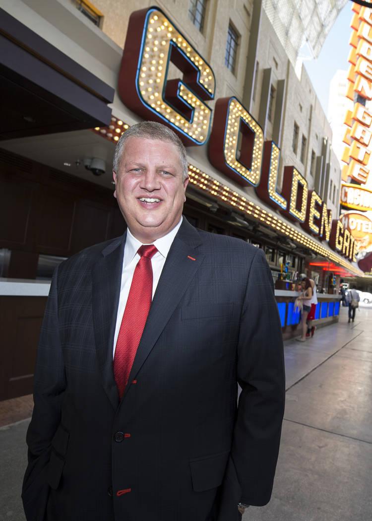 El CEO de Golden Gate, Derek Stevens, en frente de su propiedad en Fremont Street luego de una ceremonia de inauguración oficialmente para presentar la expansión y las renovaciones en el hotel-c ...