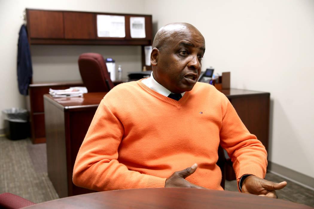 El Dr. Fermin Leguen, director médico y director de servicios clínicos del Distrito de Salud del Sur de Nevada, habla con un periodista en su oficina de Las Vegas el miércoles 2 de enero de 201 ...