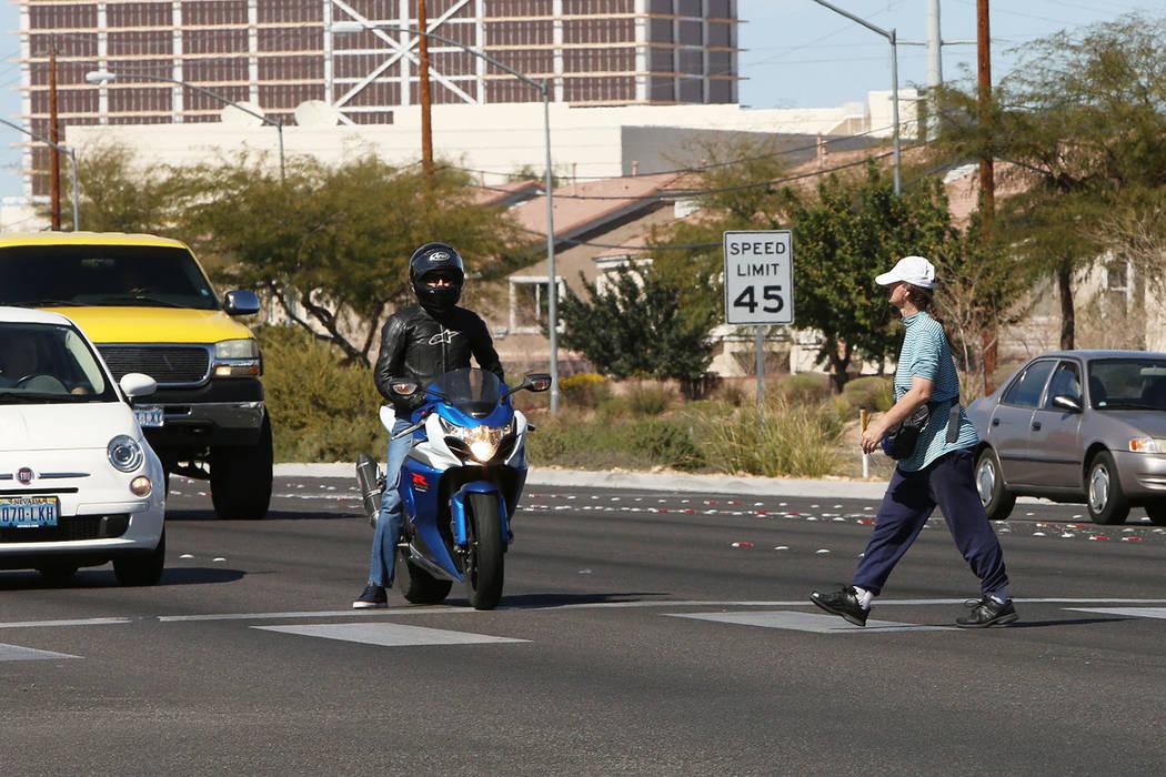 Un peatón cruza la carretera Boulder en la cuadra 5600 de Boulder y Tropicana Avenue, el jueves 26 de febrero de 2015. (Bizuayehu Tesfaye / Las Vegas Review-Journal)