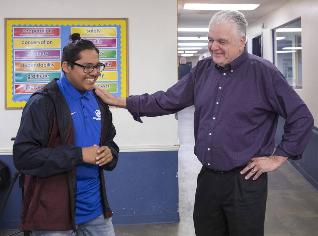 El embajador de Boys & Girls Clubs, José de Dios, se fue, comparte una carcajada con el gobernador electo Steve Sisolak durante una visita a los Boys & Girls Clubs del sur de Nevada el jueves 3 d ...