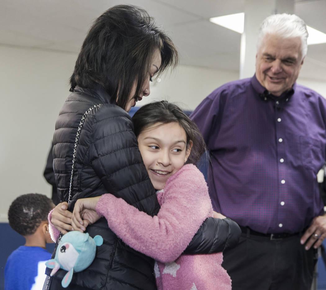 Karyme Hernández, de 11 años, abraza a Kathy Sisolak durante una visita a los Boys & Girls Clubs del sur de Nevada con su esposo, el gobernador electo Steve Sisolak, el jueves 3 de enero de 2019 ...