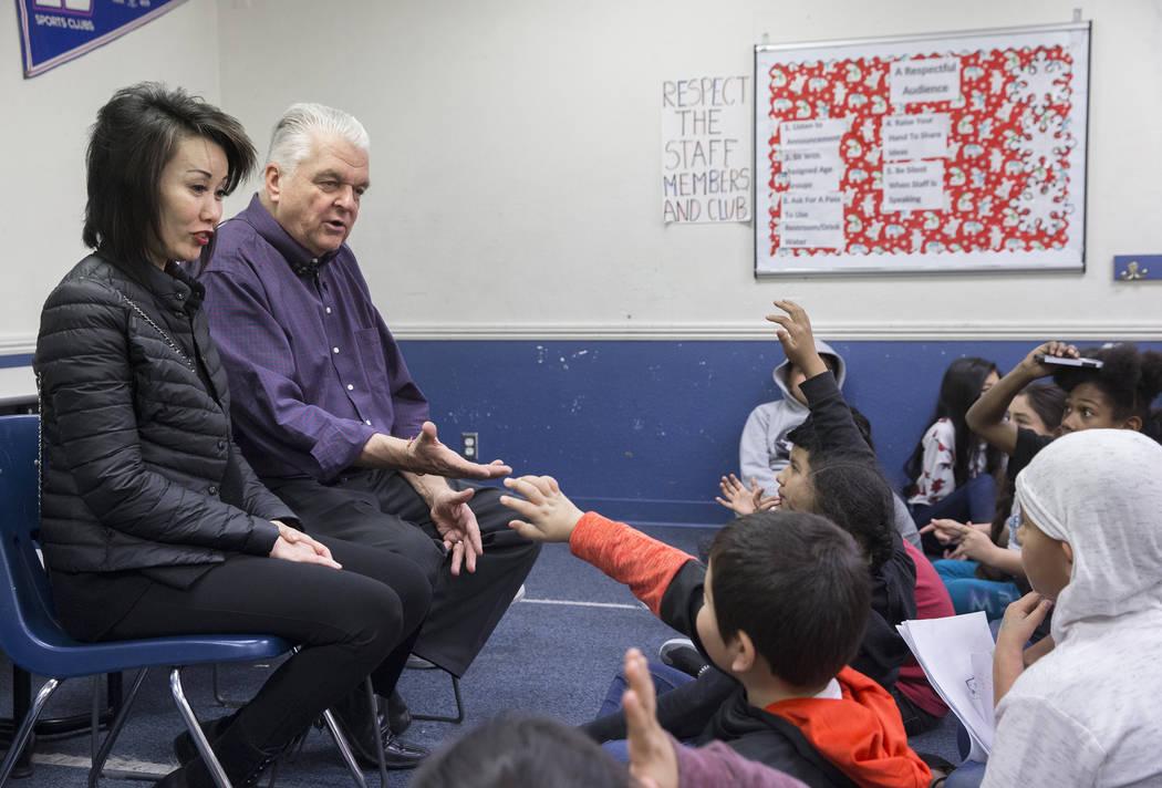 Kathy Sisolak, izquierda y gobernadora electa Steve Sisolak, responde preguntas durante una visita a los Boys & Girls Clubs del sur de Nevada el jueves 3 de enero de 2019, en Las Vegas. Benjamin H ...